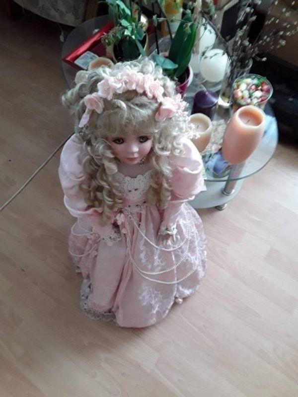 Hier eine Schöne-guterhaltene Porzellan Puppe