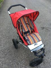 Roter Kinderwagen von Urban Jungle