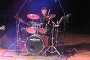 Drummer 51 und Sängerin 36