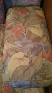 Schlafcouch mit Massivholztisch