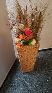 Flechtkorb mit Blumen