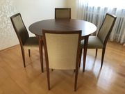 Esszimmer Nussbaum runder Tisch und