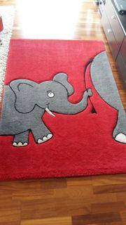 Kinderteppich rot mit grauen Elefanten