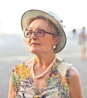 Lebenslustige Oma bietet sich an