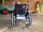 Rollstuhl mit schiebehilfe