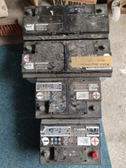 vier alte Autobatterien