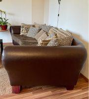 Bequemes Sofa mit Kissen