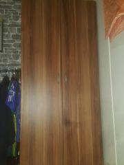 Kleiderschrank in Holzoptik