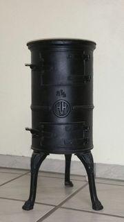 Antiker Gussofen Schwarz mit Pratzenfüßen
