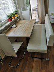Bank und zwei Stühle weiß
