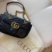 schwarz goldene Gucci GG Tasche
