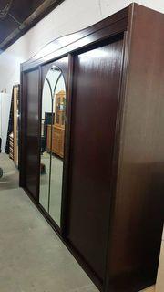 Kleiderschrank mit Schwebetüren und Spiegel