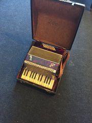 kleines Akkordeon mit KlavierTastatur rechts