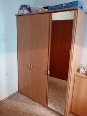 Kleiderschrank mit Kleiderstange und Einlegeböden