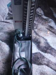 ein altes blutdruckgerät
