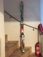 Kinder Skischuhe und Skier