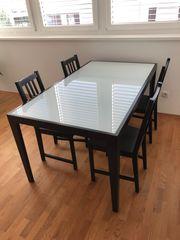 Esstisch mit Glasblatte und vier