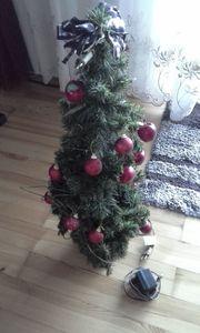 Weihnachtsbaum geschmückt mit Beleuchtung und