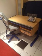 Höhenverstellbarer Schreibtisch für Kinder mit