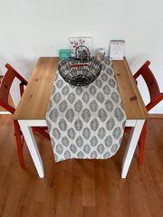 Weißer Esstisch mit zwei roten
