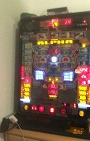Geldspielautomat mit Wandhalterung