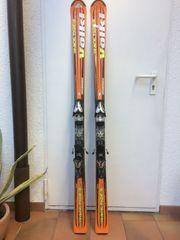 Alpinski und Skischuhe
