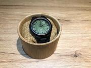 Armbanduhr aus Holz ungetragen