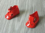 Rote Puppen-Sandalen