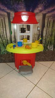 Kleine Kinderküche mit Zubehör