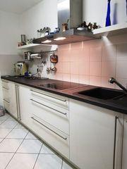 Einbauküche mit Geräten und separaten
