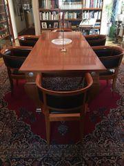 Großer Designertisch und sechs Stühle