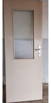 Wohnungstür mit Glasausschnit