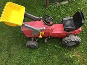 Traktor mit Anhänger und Baggerschaufel