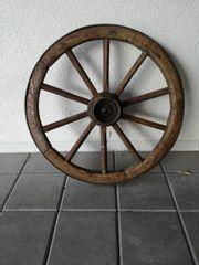 Altes Wagenrad mit Holz Speichen
