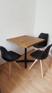 rustikaler Holztisch mit Stühle