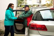 Seniorenassistentin bietet Unterstützung im Alltag