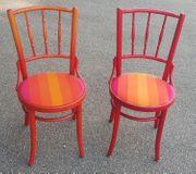 2 alte Holz Stühle unterschiedlich