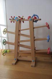 Kugelbahn aus Holz mit rollende