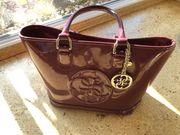 GUESS - Lacklederhandtasche in bordeaux