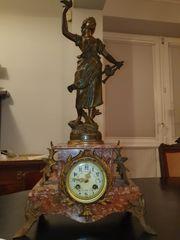 Historischer Zergar mit einer Bronzefigur
