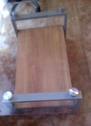 Tisch mit Glasplatte und Ablage
