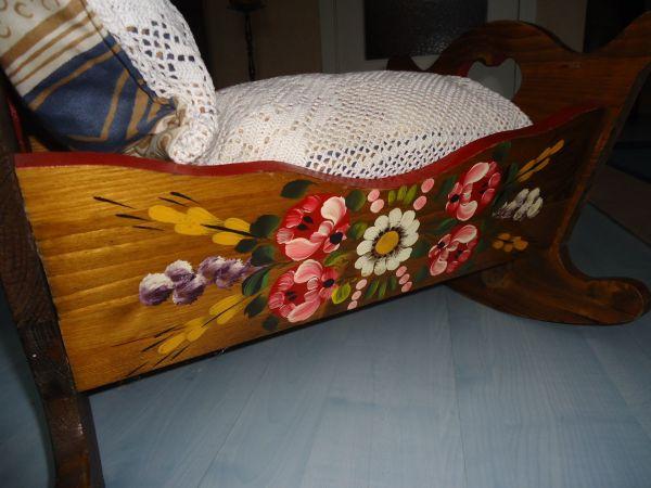 Puppenwiege aus Holz mit sehr