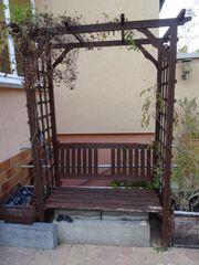 Gartenbank mit Rankgitter zu verschenken