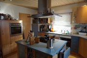 Große schöne Einbauküche mit Kochinsel