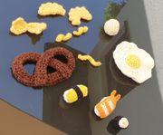 Liebevoll gehäkelte Lebensmittel als Kinderküchen