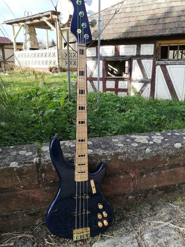 "Bassgitarre - Einzelstück mit \""Reversed Headstock\"""