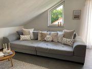 Graues Stoff-Sofa