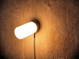 Gastronomie, Ladeneinrichtung - Industrielle Wandleuchten Wandlampen Opalglasschirm - schräg