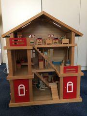 Holzpuppenhaus mit viel Zubehör
