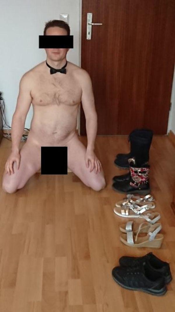 Sportlicher junger Mann putzt nackt